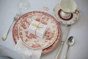 przykład prezentu na talerzu gościa wesela