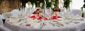 stół podczas weselnego bankietu