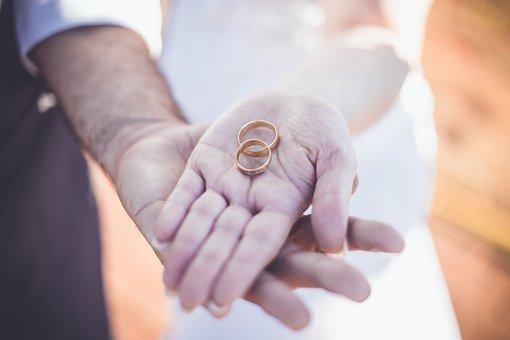 młoda para z pierścionkami ślubnymi