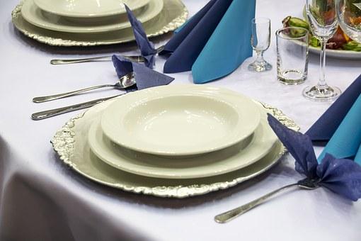 przykład zastawy weselnej na stole