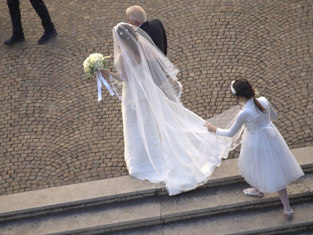 zdjęcie panny młodej w sukni ślubnej