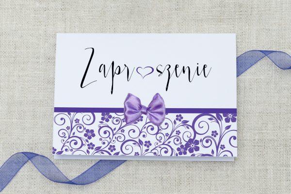 fioloetowe ślubne zaproszenie z ornamentem i kokardką