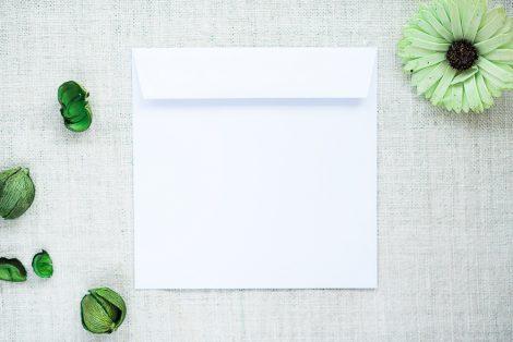 biała ozdobna koperta
